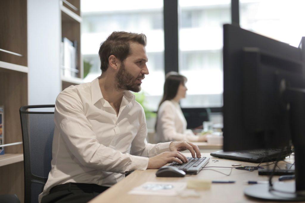 Ung mand arbejder på sin computer